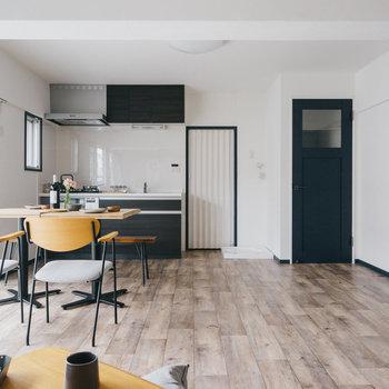 キッチンや扉が空間を引き締めてくれますね。※写真は1階反転間取り別部屋のものです
