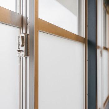 各窓に鍵が付いていてセキュリティー対策もされています。※写真は1階反転間取り別部屋のものです