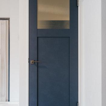 クロスの他に深いネイビー扉もアクセントに。※写真は1階反転間取り別部屋のものです