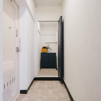 友人を招いても問題ないくらいゆったりとした玄関です。※写真は1階反転間取り別部屋のものです