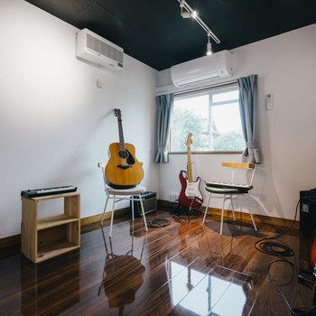 【防音室】床のツヤ感もたまらないですね。空調も完備です。※写真は1階反転間取り別部屋のものです