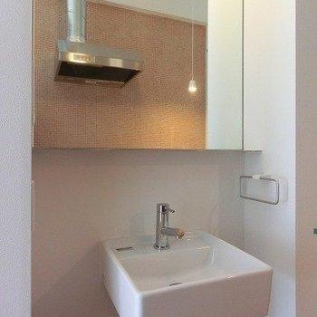 大きな洗面台※写真は同間取り別部屋のものです。