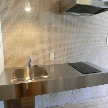 スタイリッシュな2口IHキッチン ※写真は同間取り別部屋のものです。