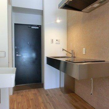 キッチンのタイルもかわいいカタチ。 ※写真は同間取り別部屋のものです。