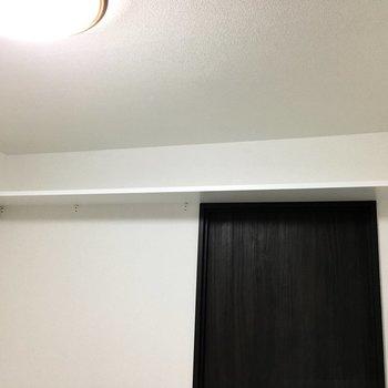 上部には棚も付いてます。