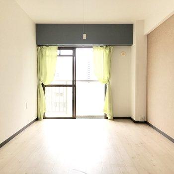 お隣の洋室へ。こちらも南向きの光が入ります。