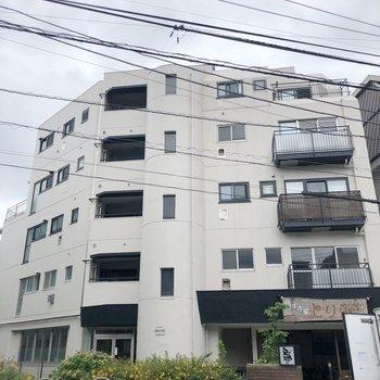 1階が飲食店のマンションです。