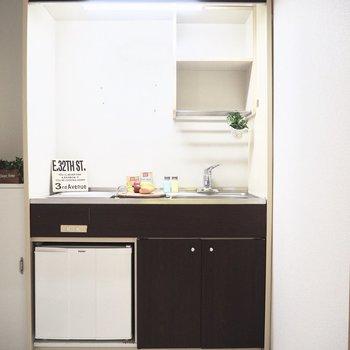 小型冷蔵庫がキッチン下に。※写真は前回募集時のものです