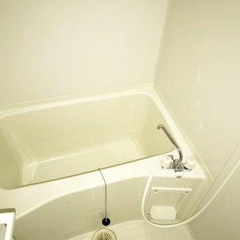 白を基調としたシンプルなお風呂。※フラッシュを使って撮影しています。