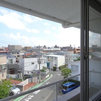 こちら側からの眺めも◎フラワーボックスあります!