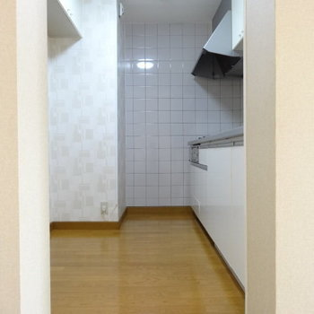キッチン正面に冷蔵庫も食器棚も置けそうです!通路幅も十分だし。家族並んで料理できる◎