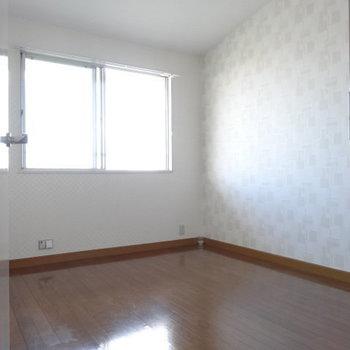 横のもう1つの洋室は玄関横よりはコンパクト。書斎や1人部屋に。こちらも天井高くて開放感!