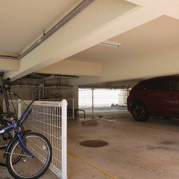 駐輪場と駐車場もあります。