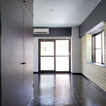 床もダークな色で重厚感あふれる。