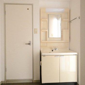 シンプルな脱衣所※写真は通電前のものです。フラッシュを使用して撮影しています