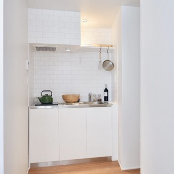 キッチンは程よく仕切られたところに。※家具・雑貨はサンプルです