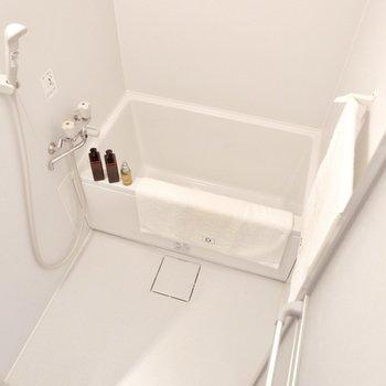 浴室は1人には十分な広さです。※家具・雑貨はサンプルです