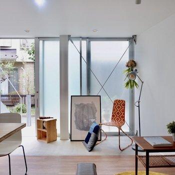 1階でも光がお部屋全体を包み開放的な印象です。※家具・雑貨はサンプルです