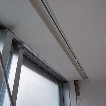 カーテンレールは天井に埋め込まれています。