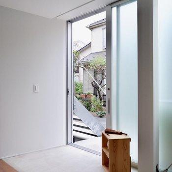 窓ではなく、こちらが玄関です。※家具・雑貨はサンプルです