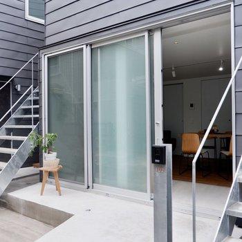 玄関部分にテラスのようなスペースが。※家具・雑貨はサンプルです
