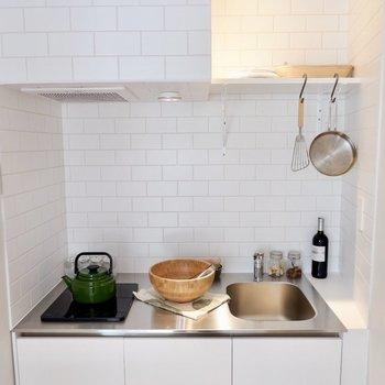 白タイルの可愛いキッチンです。※家具・雑貨はサンプルです