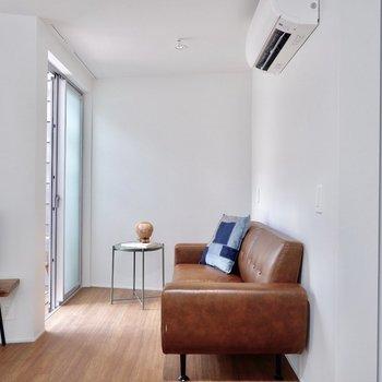 ソファの代わりにベッドを置くのが良さそうです。※家具・雑貨はサンプルです