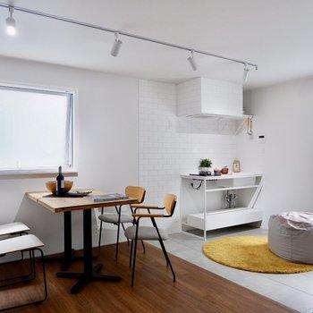 腰窓なので、家具を壁付けすることも出来ますね。※家具・雑貨はサンプルです