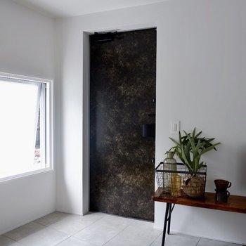 玄関はフラットです。窓もあり自然光が入ります。※家具・雑貨はサンプルです