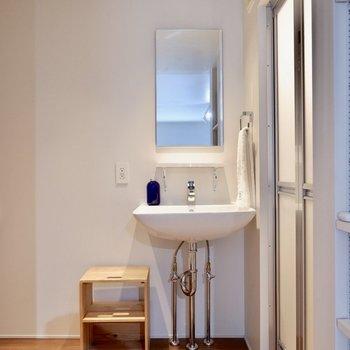 シンプルな洗面台です。※家具・雑貨はサンプルです