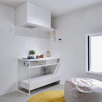 真っ白な爽やかキッチンです。※家具・雑貨はサンプルです