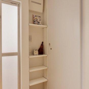 ストックなどはこちらの可動棚収納に。※家具・雑貨はサンプルです