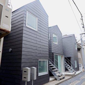 三角屋根の建物が3つ並んでいます。