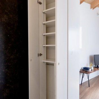 シューズボックスは高さ調節も効きます。※家具・雑貨はサンプルです