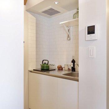 キッチンタイルが爽やかな印象です。※家具・雑貨はサンプルです