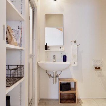 スタイリッシュな洗面台です。※家具・雑貨はサンプルです