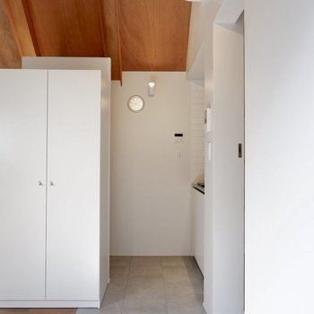 キッチン、水回りは玄関からそのまま土間になっています。※家具・雑貨はサンプルです