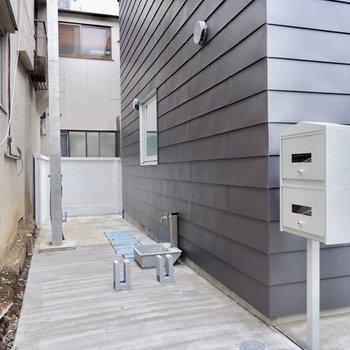 駐輪場は建物脇に。