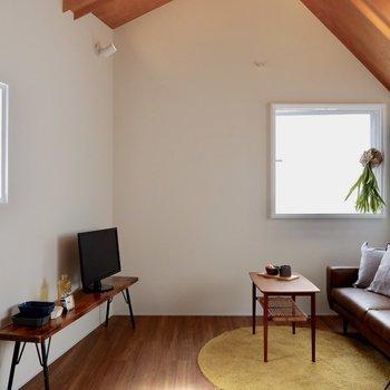 3面採光で柔らかな光が入ります。※家具・雑貨はサンプルです