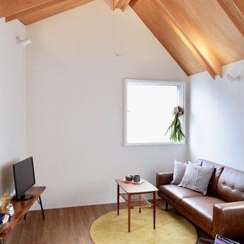 木の三角屋根が可愛いです。※家具・雑貨はサンプルです