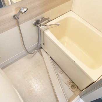 お風呂も木のクロスが可愛いですね!シャワーヘッドもいいです!※写真は清掃前のものです