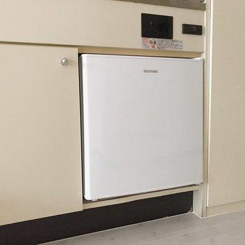 小さな冷蔵庫が設備として付いています。