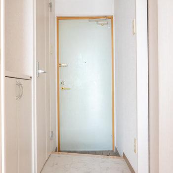 廊下から玄関。