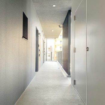 落ち着いた雰囲気の共用廊下。もちろんキレイ♬