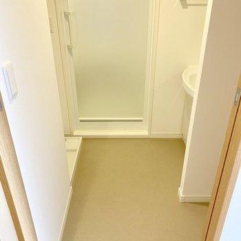 【下階】脱衣所左奥に洗濯機置けます。右手前のスペースにはタオルを収納するラックでも置きましょ。