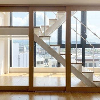 【下階】こちら洋室。ガラス戸になっているんです!