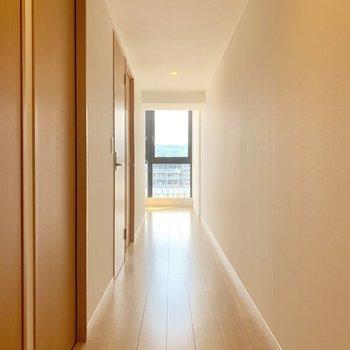 【下階】玄関を入ると長い廊下が伸びています。突き当りにある階段を登ってまずは上階へ。