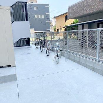 駐輪場は建物裏側に。