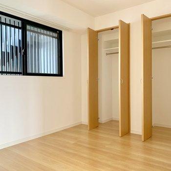 【上階】洋室も窓付き。収納は2つ◎