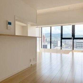 【上階】キッチンのカウンター部分にモニターホンあります。